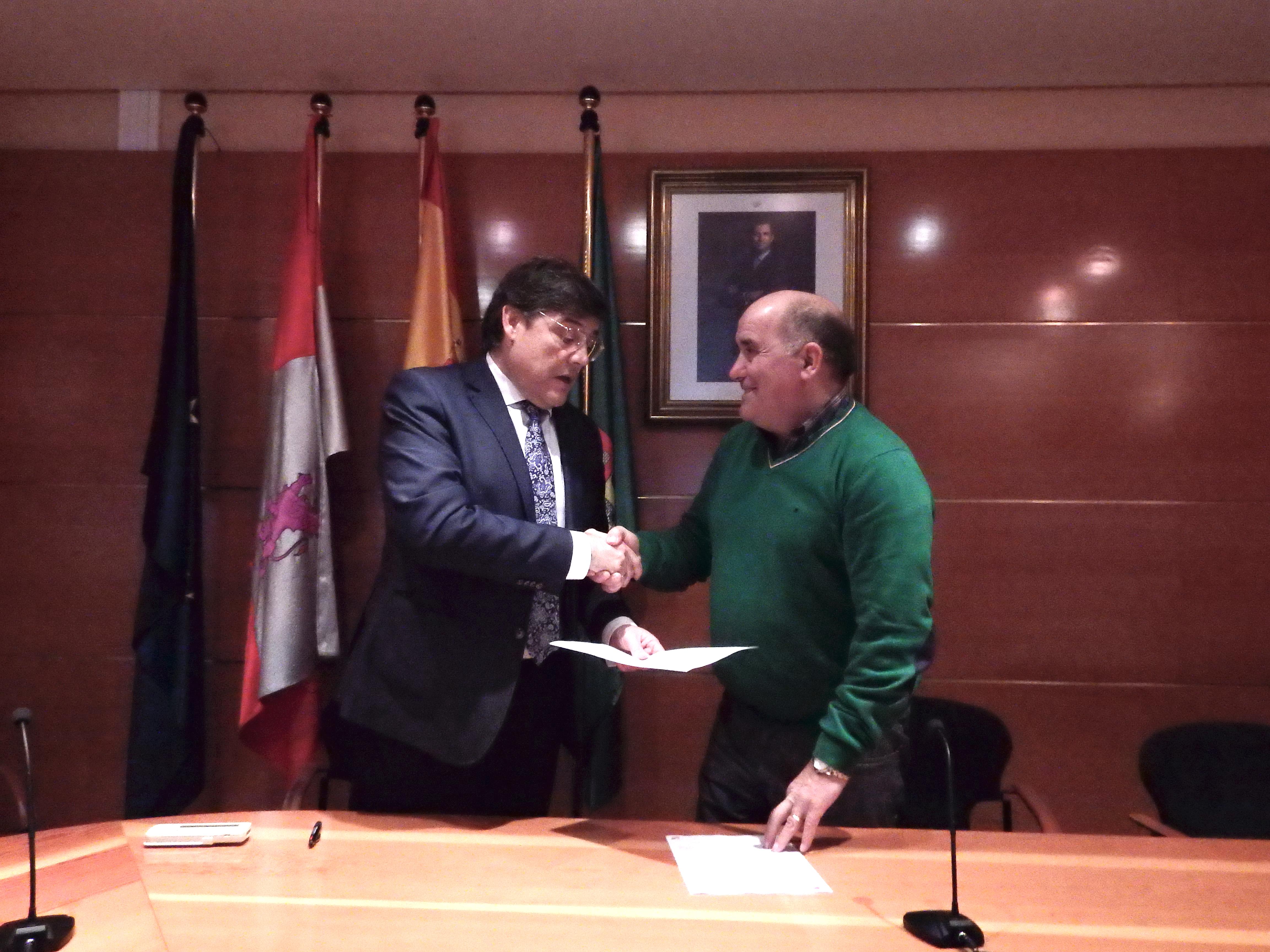 Carlos Sainer y Mariano Suárez, firmando el acuerdo.