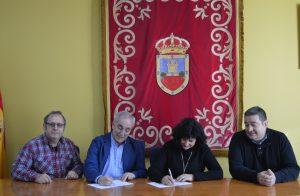 Momento de la firma entre Javier Colmenero y Pilar Pastor.